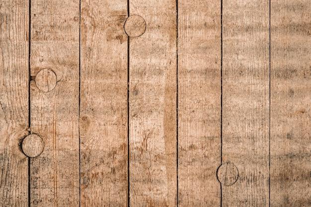 グランジスタイルの暗い天然木で作られた古い茶色の木製の背景。上からの眺め。針葉樹の松の自然光の未加工のテクスチャ。平らに横たわるテーブルの表面。コピースペース