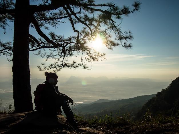 タイ、ルーイのプクラドゥエン国立公園のファノックアエンで冬の日の出を見ている観光客