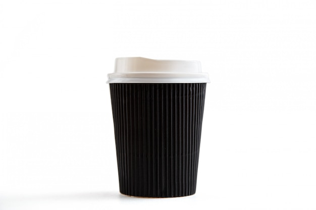 Картонные биоразлагаемые экологически чистые чашки на белом изолированные
