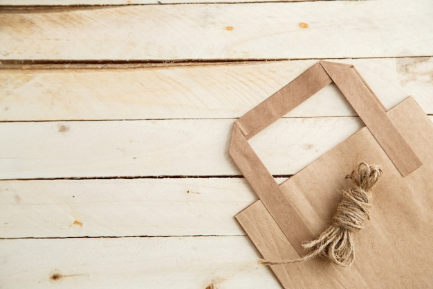 木製の背景に生分解性の環境に優しい段ボール袋
