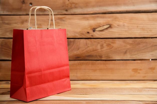 Биоразлагаемый экологически чистый картонный мешок на деревянном фоне