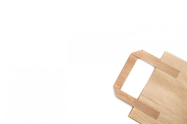 Биоразлагаемый экологически чистый картонный пакет на белом фоне