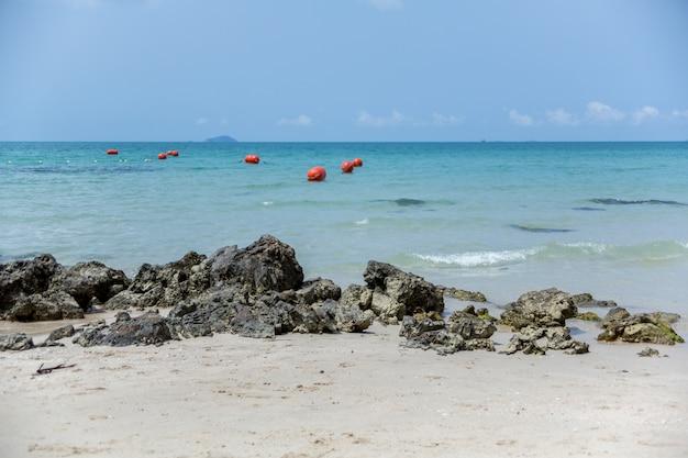 Вид на лазурное море или океан с берегов таиланда.
