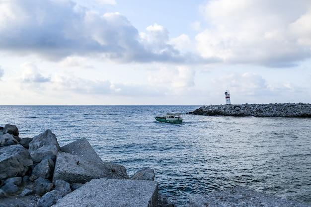 Вид на черное море с берега агвы. индюк