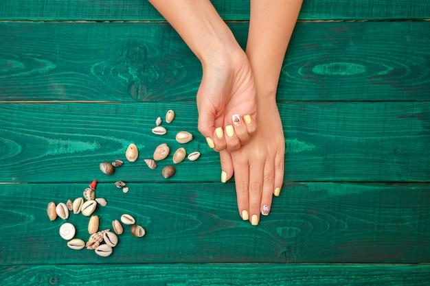 Женские руки с красивым маникюром. вид сверху