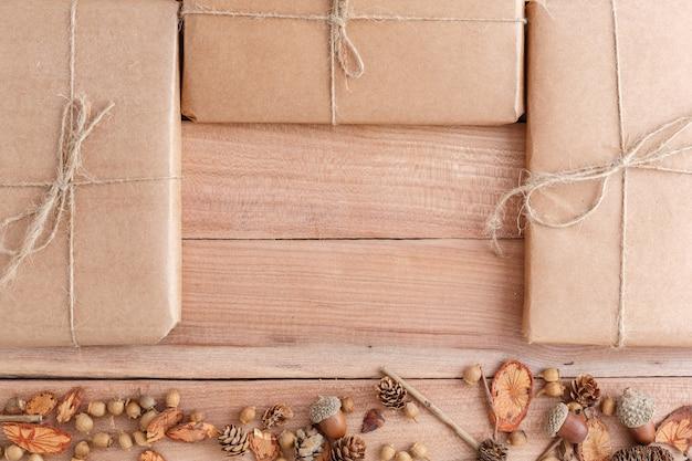 Шишки, желуди и кусочки дерева с упакованными посылками