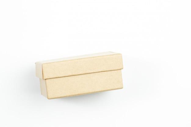 Маленькая коробка из биоразлагаемого картона на белом фоне изолированные