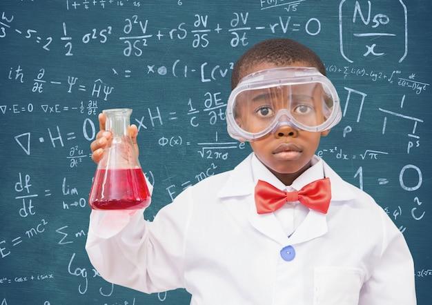 眼鏡を保持している子供の頃の子供教室