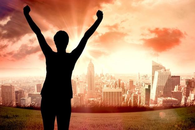 Человек празднует с поднятой рукой