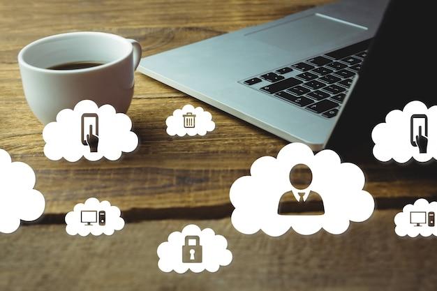 ノートパソコンとコーヒーカップ