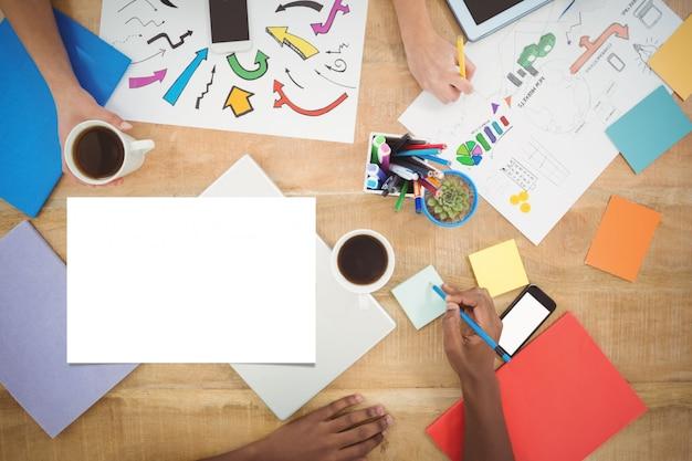 Рабочий стол с бумагами