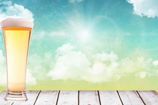 茶色の木の上のビールのグラス