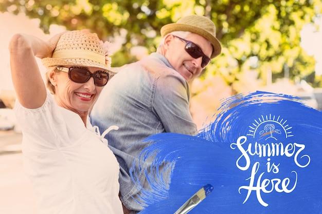Пожилая пара наслаждается летом