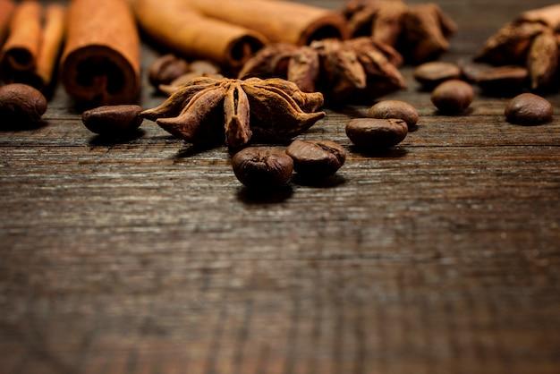 ヴィンテージの木製の背景にコーヒーの穀物。