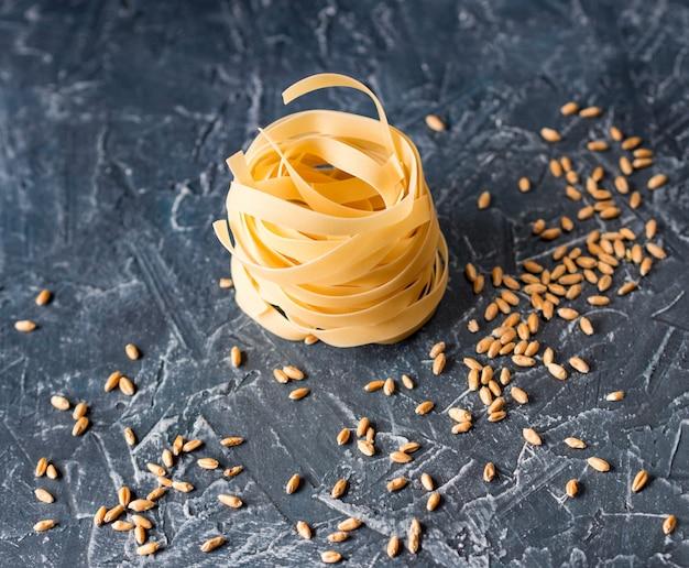 デューラム小麦と小麦粒からのフェットチーネ