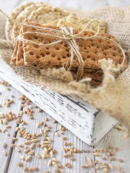 小麦のクリスプブレッドと木製のビンテージボックスでひまわりのクリスプブレッド