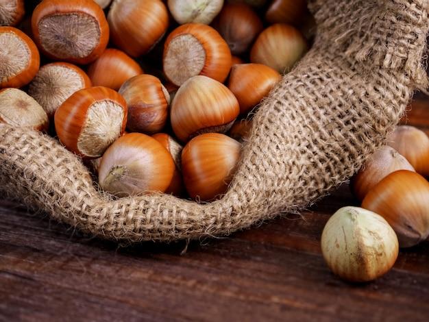 Лещинные орехи в джутовый мешок, макро, макро.