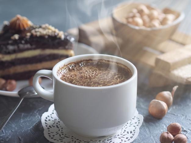 Завтрак. кофейное утро, с кусочком торта и фундуком