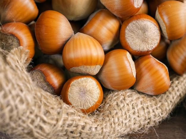 Лещинные орехи в джутовой сумке, крупный план, макро