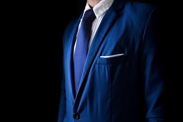 Человек в деловой костюм, деловой человек на черном фоне