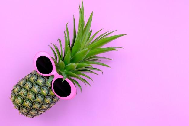 ファッションヒップスターパイナップル、ピンク色の背景、明るい夏の色、