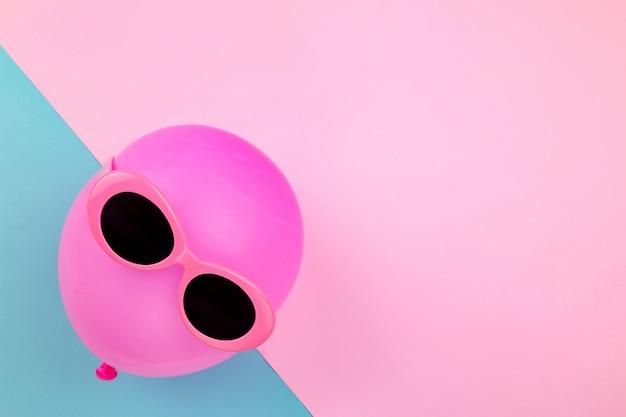 背景にピンクの風船、明るい夏の色