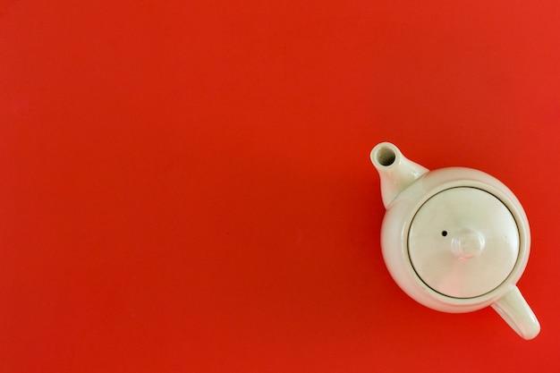 Вид сверху аксессуары чайный горшок и красный для китайского нового года.
