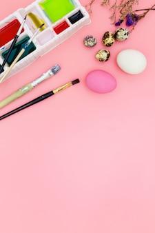 Подготовка к пасхе на розовом фоне в плоской планировке