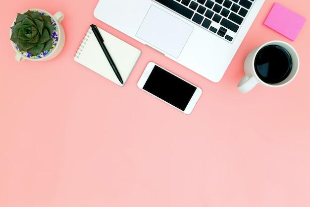 空白のノートパソコンとフラットレイアウトオフィスワークスペース