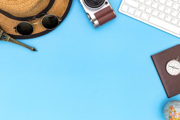 衣装とコピースペースで青い背景に旅行者のアクセサリー