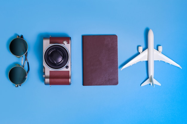 青の休日の旅行を計画するためのアクセサリーのフラットレイアウト画像