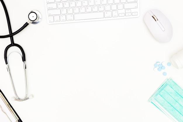 聴診器、医師のデスクテーブルのトップビュー