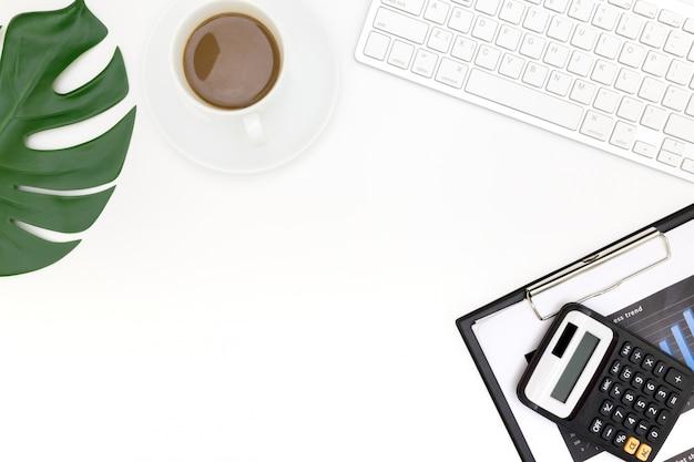 ラップトップ、トップビューラップトップ背景と現代の職場の創造的なフラットレイアウト写真。