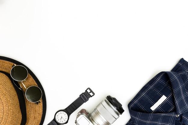 茶色の靴、青いシャツ、白い背景のサングラスの男性服、男性服セットの男性のカジュアルな服装、フラットレイアウト、男性のファッションのカジュアルな服装とアクセサリー