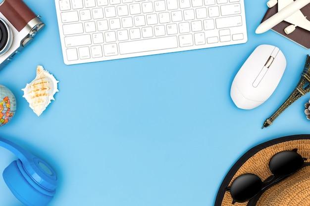 青色の背景にコピースペース、旅行の概念、旅行者のアクセサリーのオーバーヘッドビュー、不可欠な休暇アイテム、青い背景に旅行の概念と旅行者の服とアクセサリー。上面図