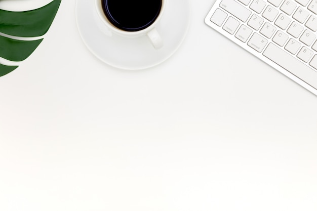 Творческий плоский лежал фото современного рабочего места с ноутбуком, вид сверху фона ноутбука и копией пространства на белом фоне, выше вид выстрел из компьютеров на белом фоне