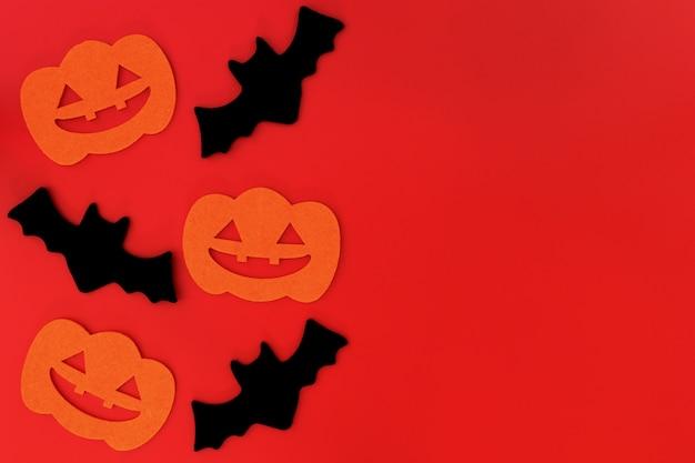 赤の背景にハロウィーンの休日の装飾