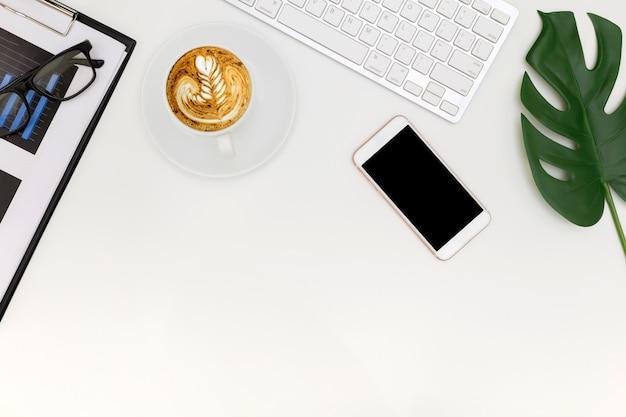 Креативная плоская планировка фото современного рабочего места с ноутбуком