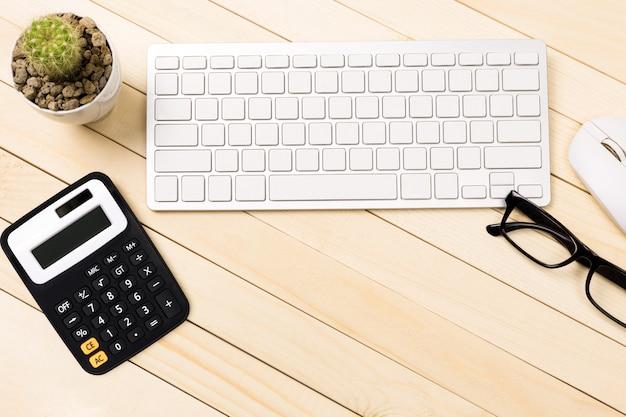 木製のテーブル、トップビューのラップトップ上のラップトップと現代の職場のオフィスデスクテーブル