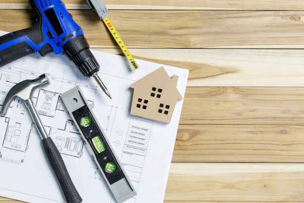 Вид сверху на рабочем месте архитектора. архитектурный проект, чертежи, план катится по столу.