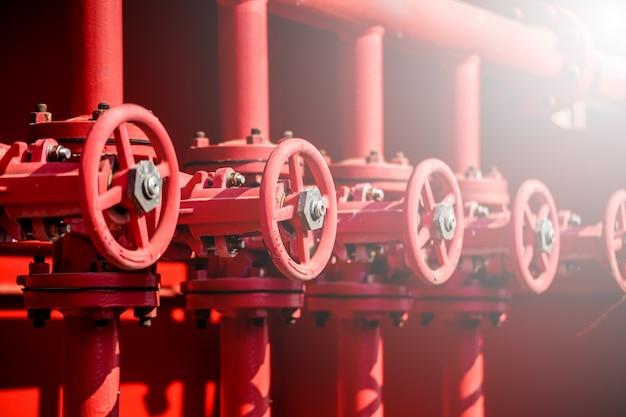 油とガスのプロセスで赤いバルブ