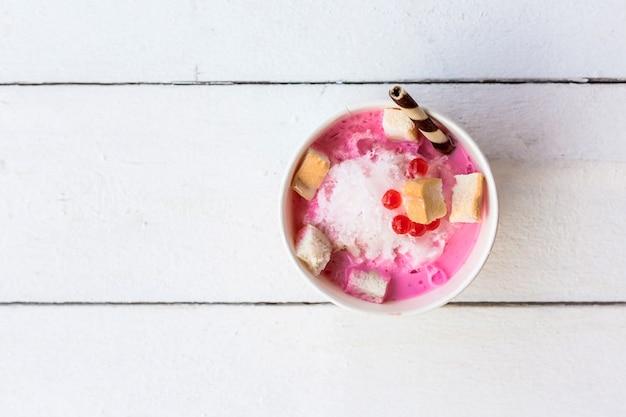 白い木のテーブルの削り氷のデザート