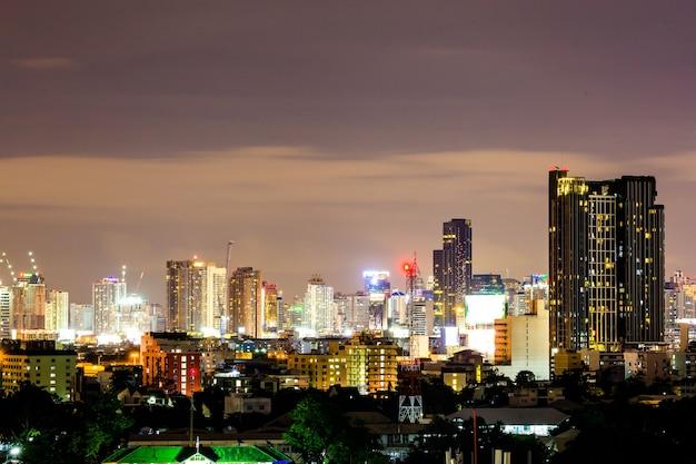 バンコク、タイのビジネスゾーンにビルドする現代オフィスビジネスの街並みビュー。