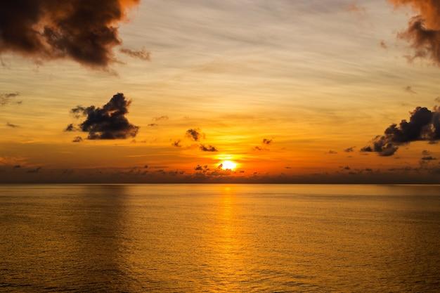 Красивый пышный пейзаж заката в черном море