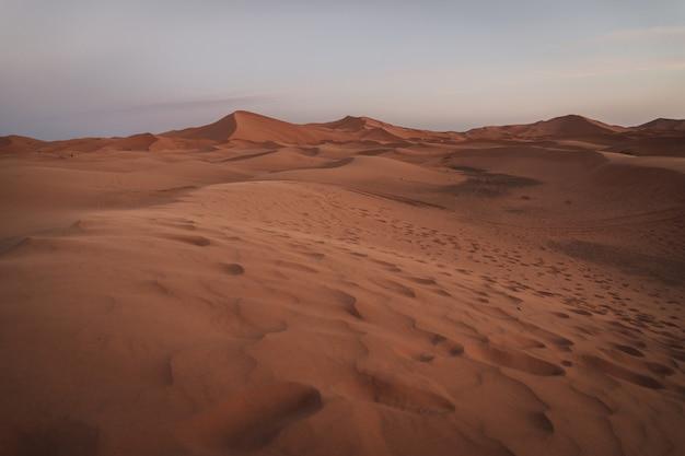 Красивый ландшафт песчанных дюн в пустыне сахары в марокко. туристическая фотография.