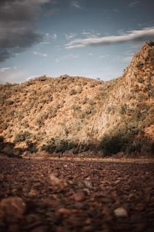 スペインの小さな人と巨大な山