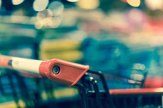 レトロなショッピングカートをクローズアップ。
