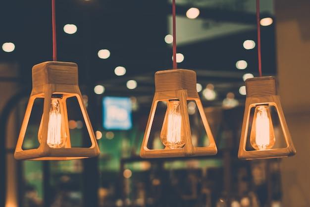 レトロな電球の装飾をクローズアップ