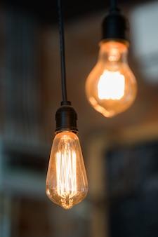 レトロなエジソン電球の装飾