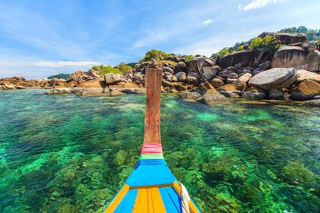 美しい熱帯の楽園の海とタイの白い砂浜と青い空